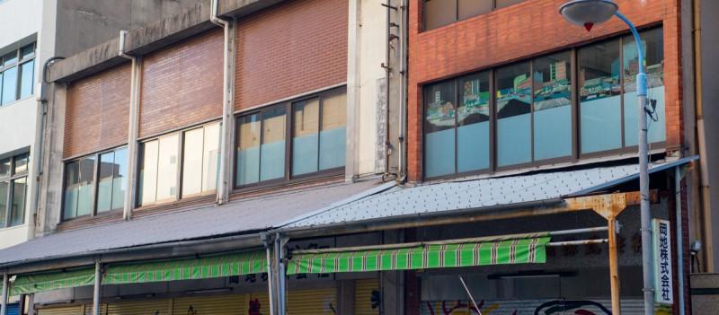 岡地株式会社旧社屋と美術作品「ビュートレス」外観